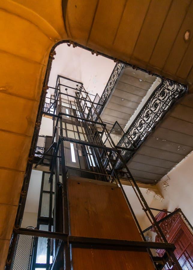 电梯和螺旋形楼梯在一个老房子里在布达佩斯,匈牙利 免版税图库摄影