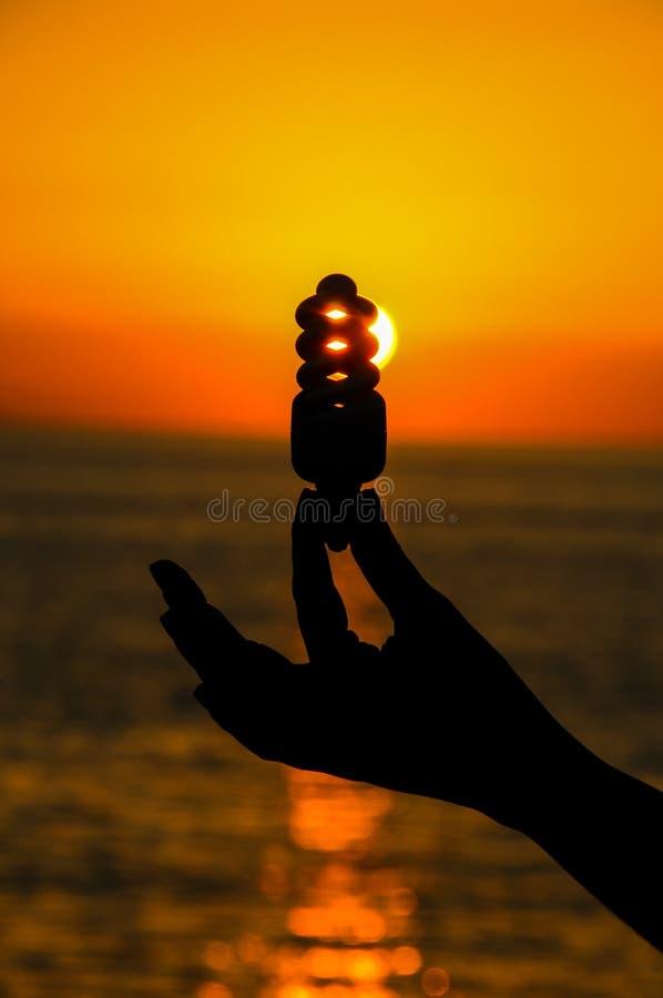 电灯泡概念能源光飞溅水 库存照片