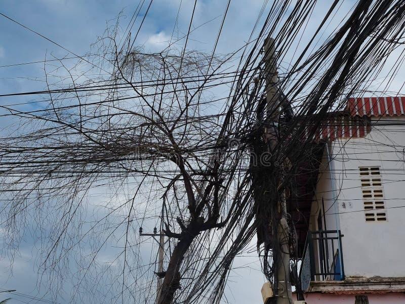 电的巨大数目和电话线,都市通信混乱  库存图片