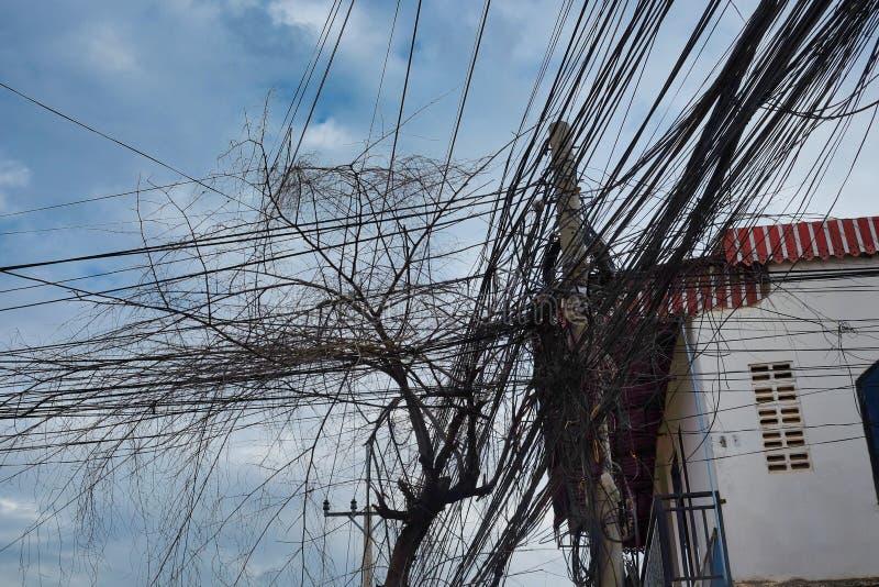 电的巨大数目和电话线,都市通信混乱  免版税库存图片