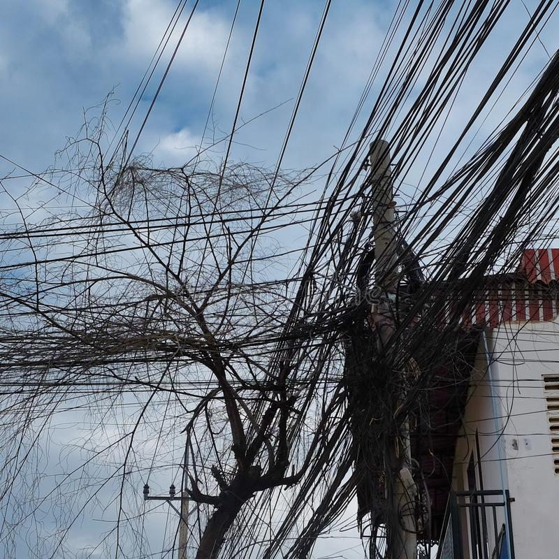 电的巨大数目和电话线,都市通信混乱  库存照片