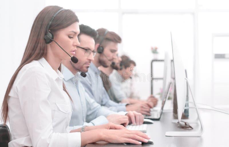 电话中心雇员在工作场所 免版税图库摄影