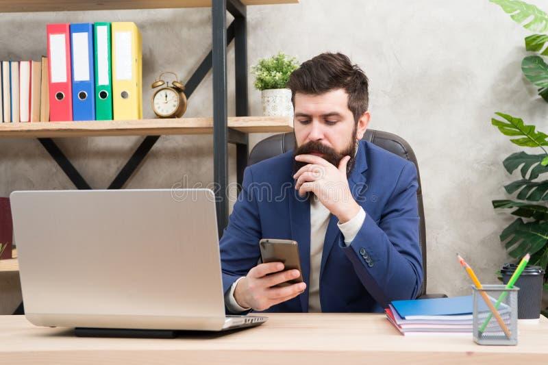 电话伙伴 人有胡子的上司经理坐有膝上型计算机的办公室 解决业务问题的经理 负责的商人 库存图片