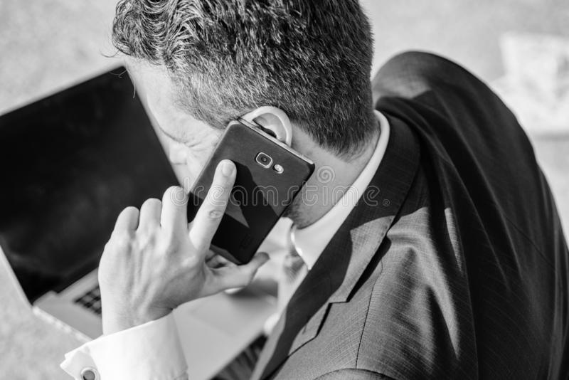 电话技术支持服务 商人在耳朵关闭附近停滞智能手机 咨询和帮助概念 怎么能我 库存照片