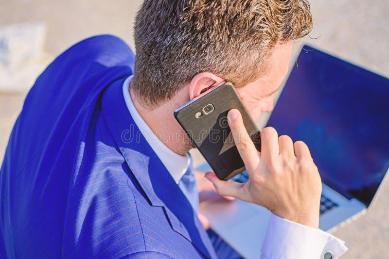 电话技术支持服务 商人在耳朵关闭附近停滞智能手机 咨询和帮助概念 怎么能我 免版税库存照片