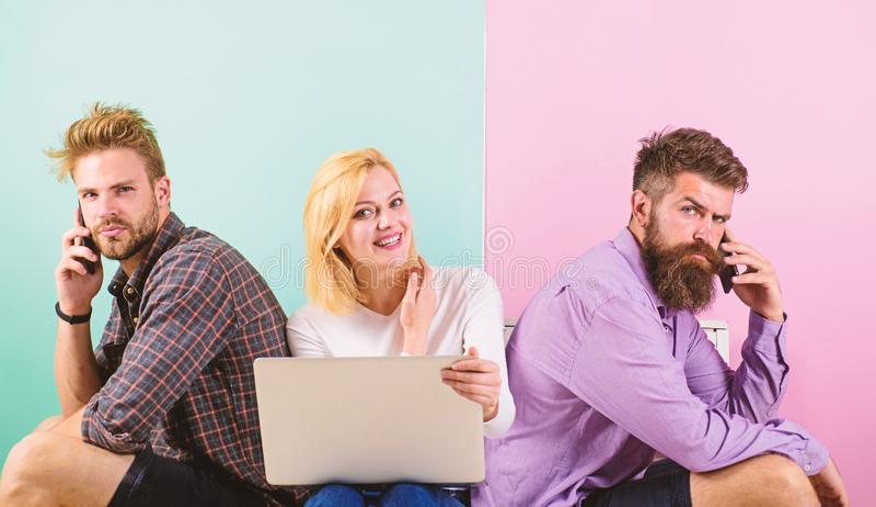 男人和妇女得以进入对互联网的从到处 现代社会不可能想象生活没有互联网连接 免版税库存照片