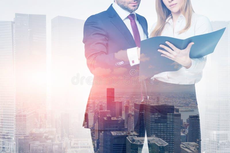 男人和妇女有文件夹的在城市,事务 库存图片