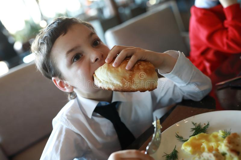 男孩吃午餐 库存图片