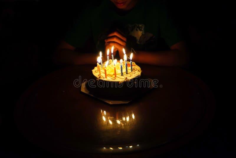 男孩的生日蛋糕 免版税图库摄影