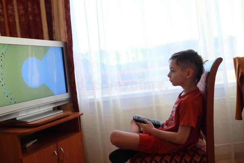 男孩电视注意 免版税库存照片