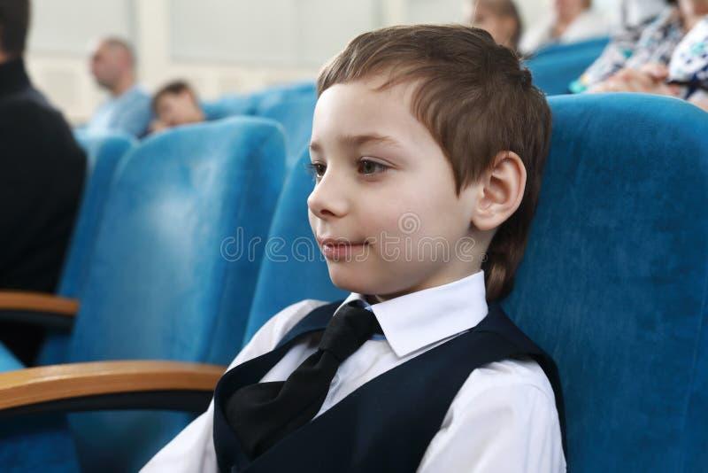 男孩观看戏剧 免版税库存图片