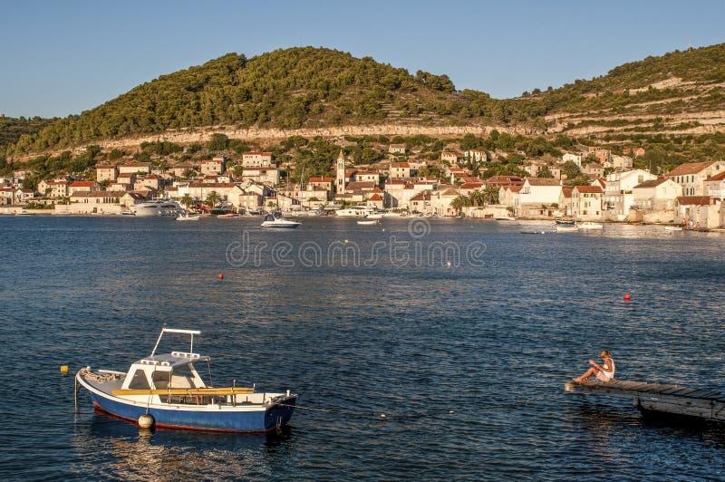 男孩钓鱼,力港口,达尔马提亚,克罗地亚 免版税库存照片