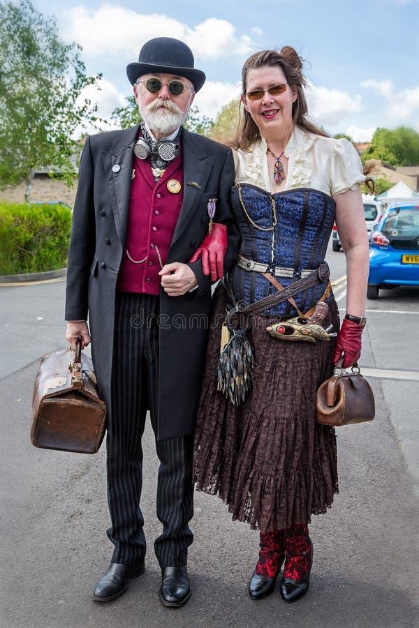 男性蒸汽低劣的成熟在蒸汽低劣的服装穿戴的夫妇-和女性采取在Frome,萨默塞特,英国 免版税图库摄影