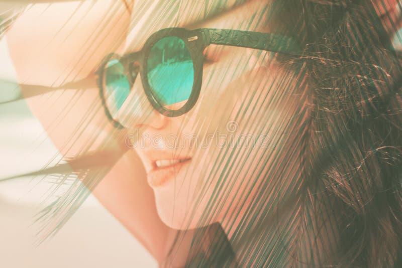 画象少女太阳镜晒日光浴太阳海 库存照片