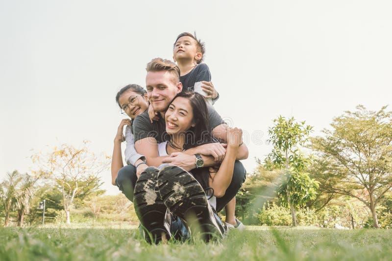 画象幸福家庭父亲母亲儿子和女儿 库存图片