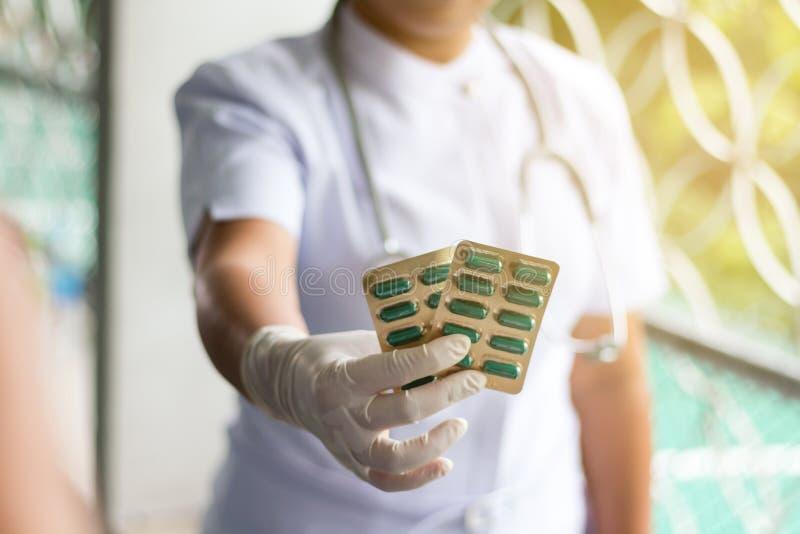 画象,女性医生拿着药物 免版税库存图片