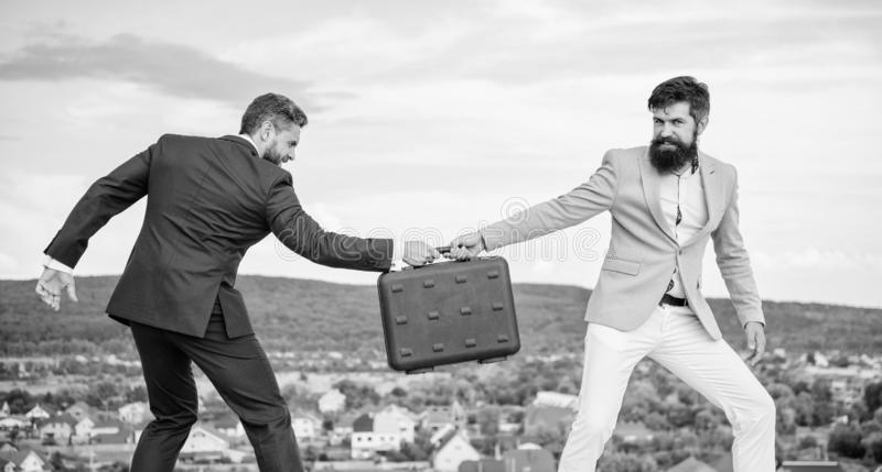 生意风景背景 商人从商务伙伴拿走公文包 欺骗和强夺概念 免版税库存图片