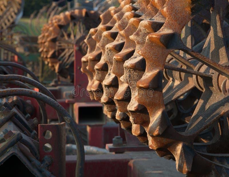 生锈的农场设备-毛莨cultipacker -有富有的褐色和铁锈口气的 库存图片