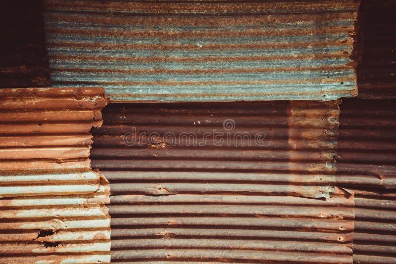 生锈的波状钢金属纹理 金属老墙壁 免版税图库摄影