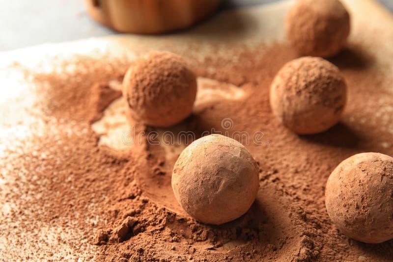 甜巧克力块菌搽粉与在羊皮纸的恶 库存图片