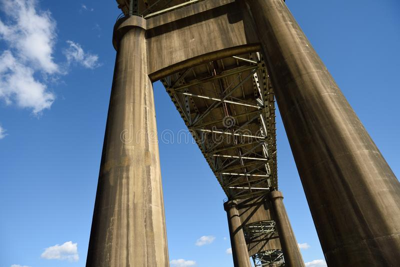 联络查尔斯湖和韦斯历基,路易斯安那的Calcasieu河二战纪念桥梁 免版税库存照片