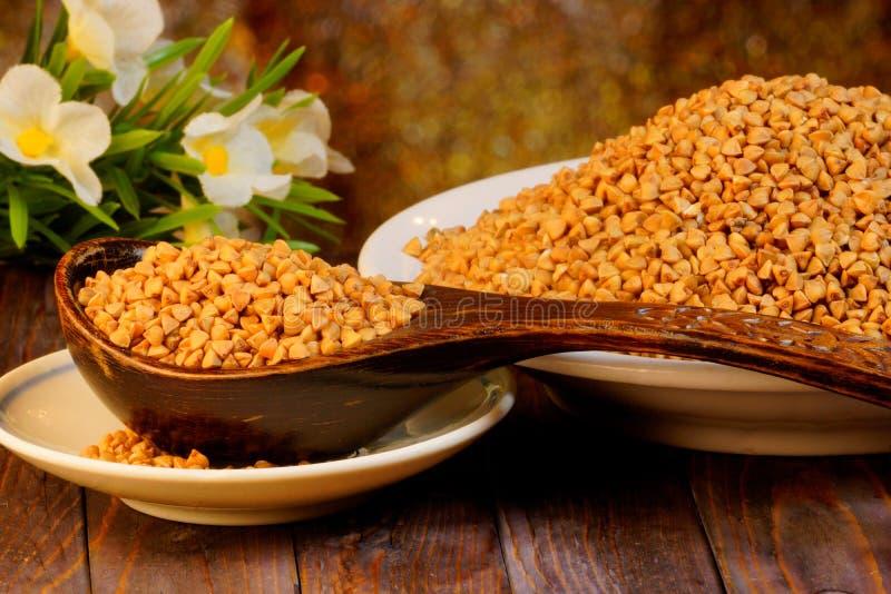 荞麦是一棵可食和蜂蜜轴承谷物植物 荞麦粥粥,准备从荞麦,一个名菜  免版税图库摄影