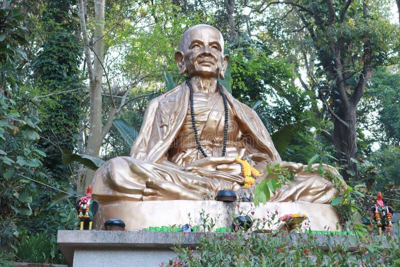 菩萨雕象在自然本底中 克鲁巴Srivichai Chaingmai泰国 库存图片