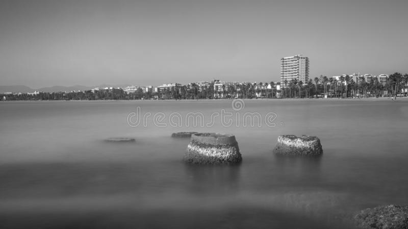 萨洛角主要海滩的B/W图片;两个ciment pilars基地不在使用中再 库存图片