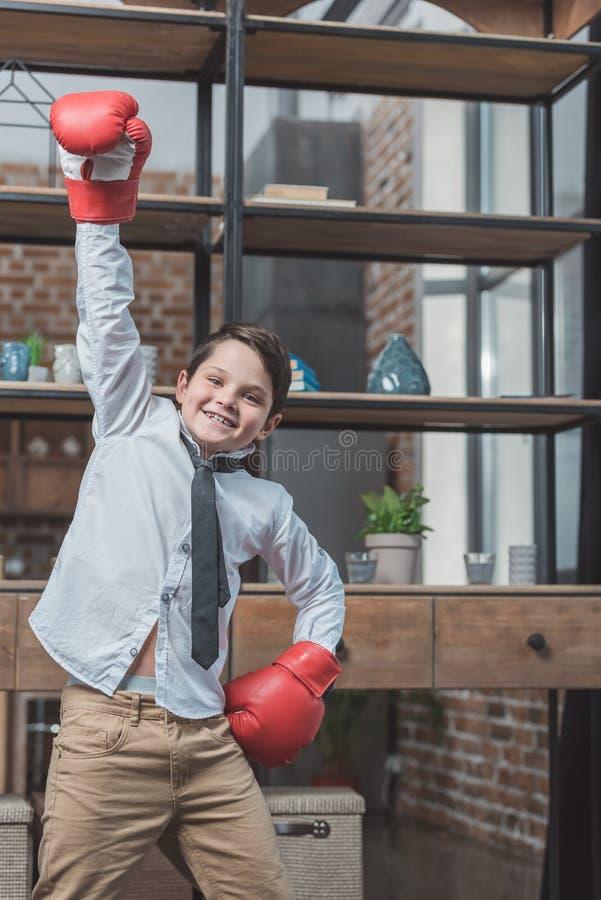衬衣和领带佩带的拳击手套摆在的小男孩 免版税图库摄影