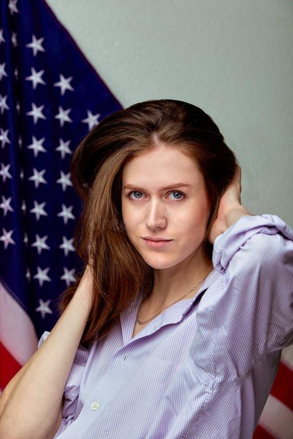 衬衣的美女在美国国旗背景 爱国概念 库存照片