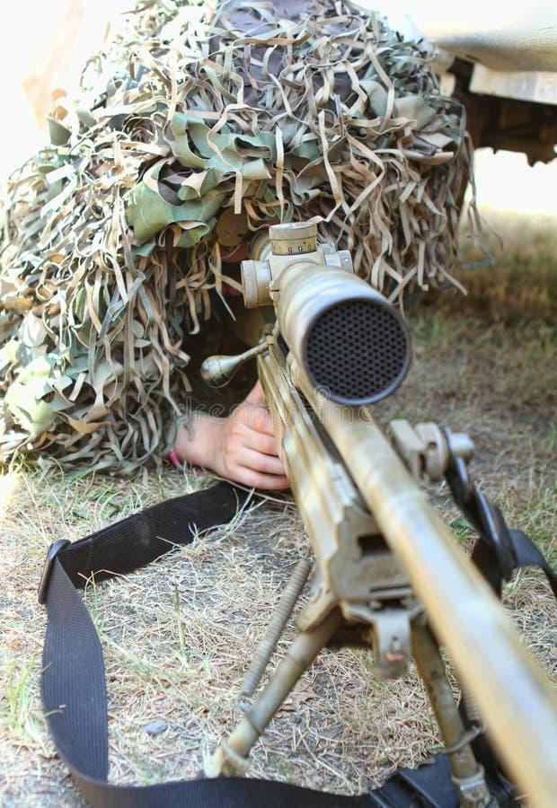 被伪装的狙击手 免版税库存图片