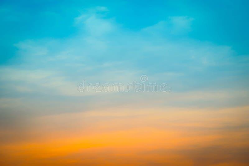 被弄脏的五颜六色的自然天空云彩使与光的背景环境美化 库存照片