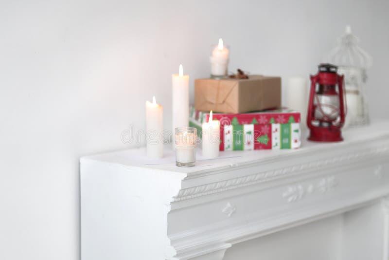 被弄脏的图象 蜡烛和礼物盒 与拷贝空间的照片 免版税图库摄影