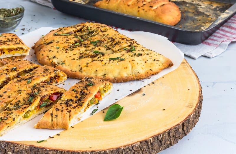 被充塞的蒜味面包用乳酪、甜椒和草本水平的照片 免版税库存照片