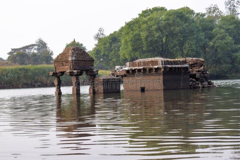 被淹没的史诗古老印度寺庙在河发现了 库存图片
