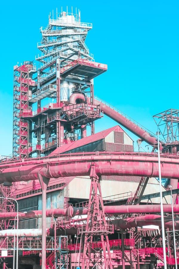 被放弃的冶金植物珊瑚桃红色金属结构,超现实的未来派和诱惑未来的概念 免版税图库摄影