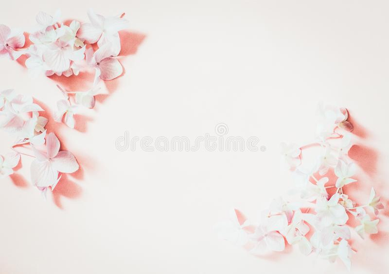 被称呼的女性舱内甲板在苍白粉红彩笔背景,顶视图放置 有空白页嘲笑的最小的妇女的桌面,春天丁香 免版税库存图片