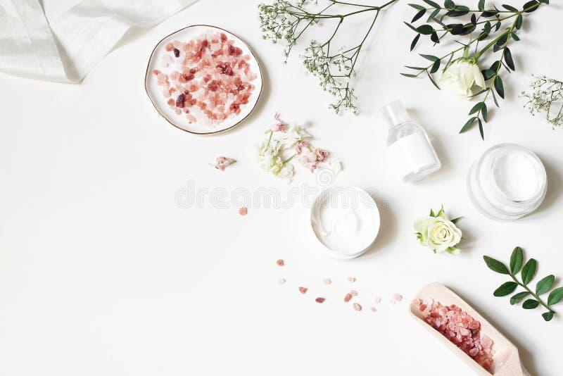 被称呼的秀丽角落,网横幅 润肤液、tonicum瓶、干燥花、叶子、玫瑰和喜马拉雅盐 空白表 免版税图库摄影