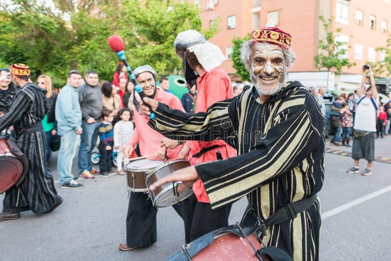 被绘的和假装的音乐家在圣乔治和龙宴餐的庆祝时  库存图片