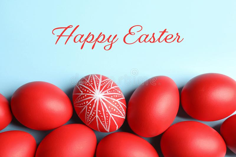 被绘的红色复活节彩蛋的平的被放置的构成在颜色背景的 库存照片