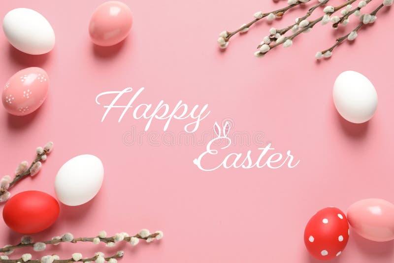 被绘的鸡蛋和文本复活节快乐的平的被放置的构成 免版税库存图片
