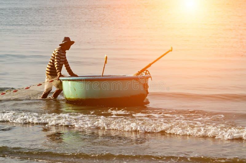 被编织的越南钓鱼的篮子小船越南渔村越南 免版税图库摄影