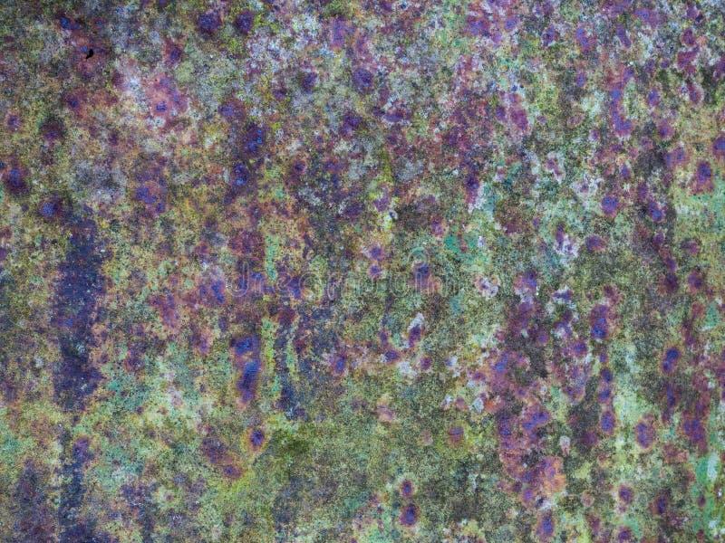 被腐蚀的绿色金属背景 与生锈的斑点的金属 免版税库存图片