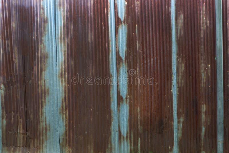 被镀锌的老生锈 wheathered铁锈和被抓的钢纹理波状钢房屋板壁葡萄酒背景 库存照片