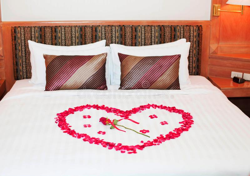 装饰与玫瑰的床新郎和新娘的婚礼的 图库摄影