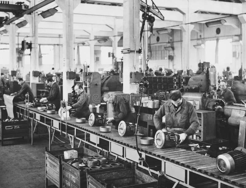 装配线的工作者在工厂 库存图片