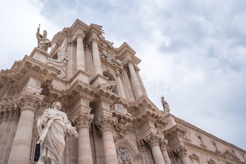 西拉库萨,意大利-古老天主教会在西勒鸠斯,西西里岛 希腊多立克体寺庙的罕见的例子重复利用了 库存照片