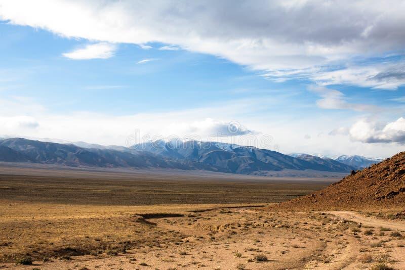 西部蒙古干草原的风景在山麓小丘的 旅行 库存照片