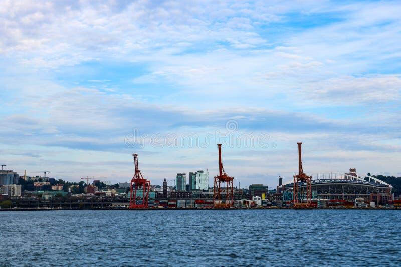 西雅图,美国,2018年8月31日:西雅图港日落的与货物起重机和CenturyLink领域 免版税库存图片