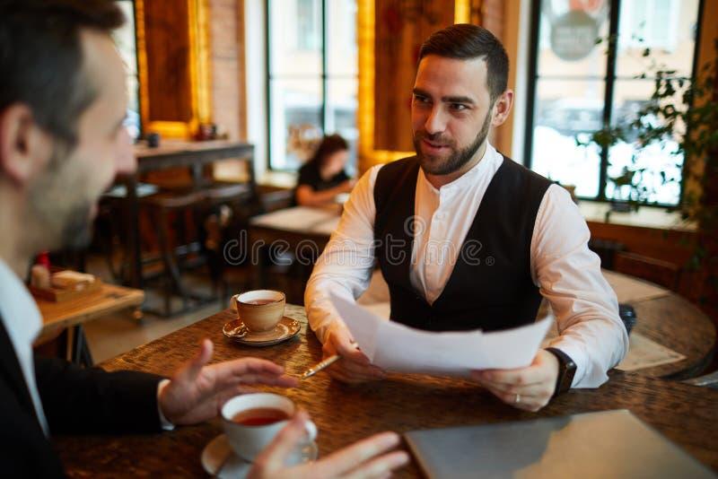 见面在咖啡馆的两个商人 库存照片